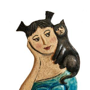 Scultura fatta a mano ceramica con gatto nero e donna sognante