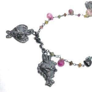 Collana catenina con cuori votivi e pietre fuxcia gioielli contemporanei