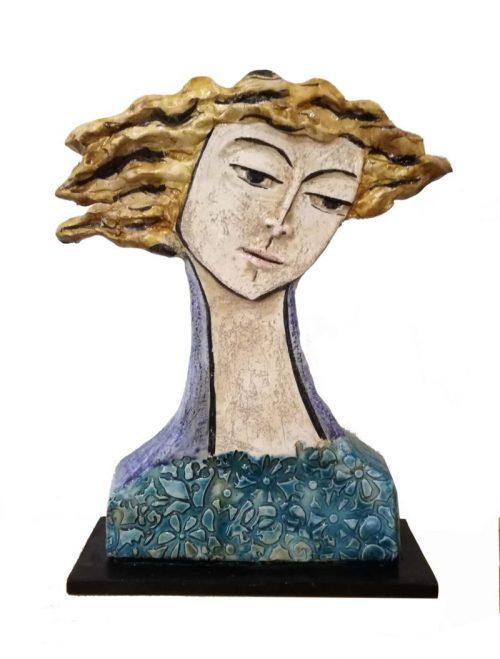Scultura busto di uomo con capelli chiari mossi dal vento