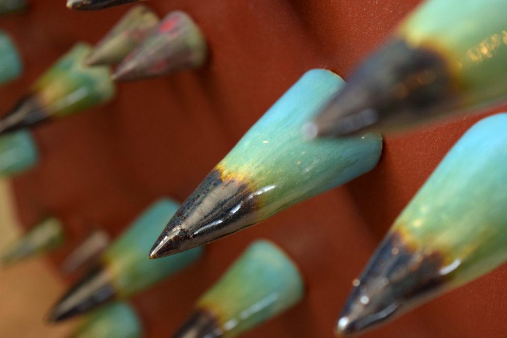 Laboratorio di ceramica artigianale mentaserifrafia coni in raku e legno di recupero