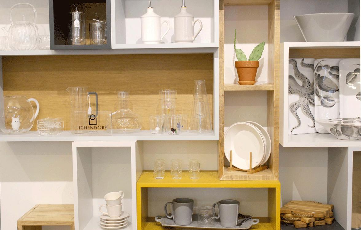 parete attrezzata interna con oggetti per la casa in vetro e legno