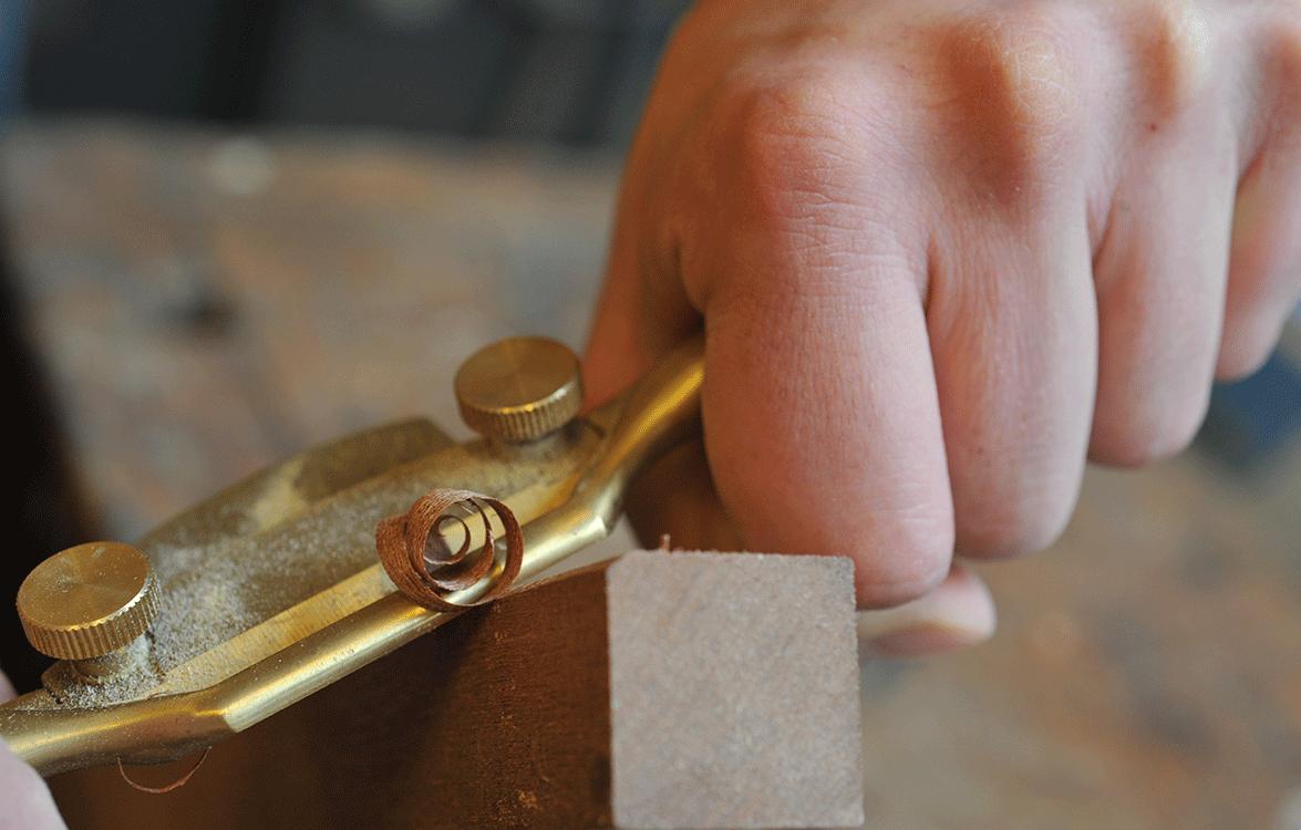 mani falegname ricciolo di legno