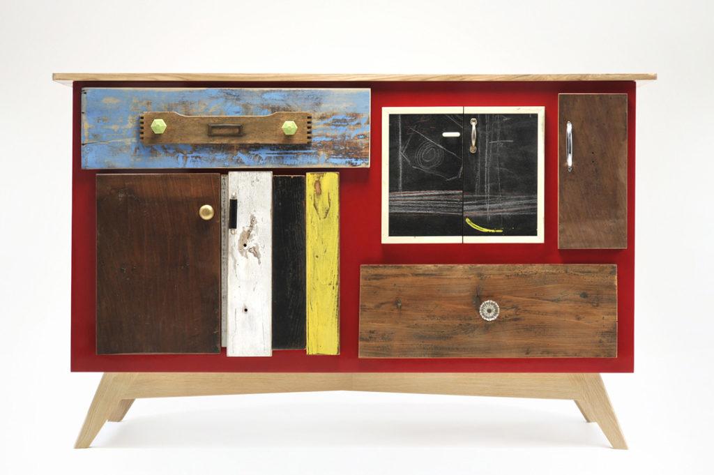 Credenza laccata rossa con cassetti in legno di recupero e lavagna