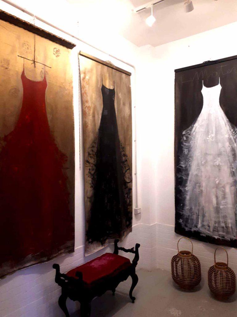 interno di una casa con quadi grande formato di vestiti in tulle rosso nero e bianco