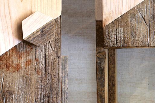 frammenti e dettagli di mobiletto in legno vintage acero e marrone