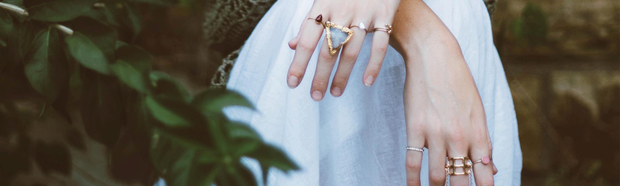 mani di modella con anelli artigianali