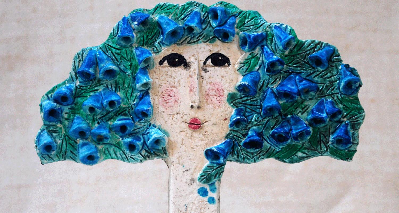 sculture in ceramica di teste di donne e alberi come capelli