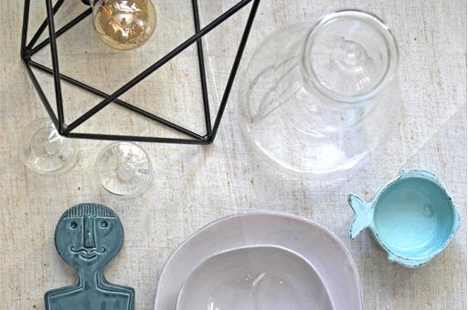 piatto irregolare bianco caraffa in vetro coppetta a forma di pesce celeste lampada in ferro nero