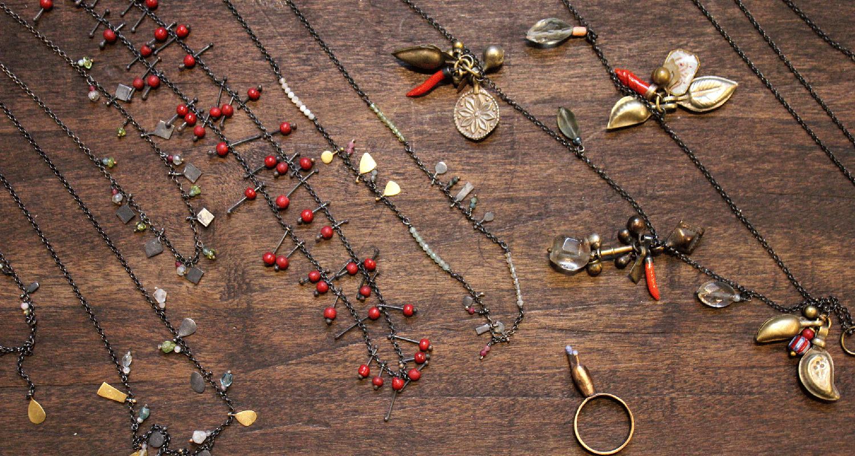 insieme di gioielli fatti a mano con varie pietre e metalli