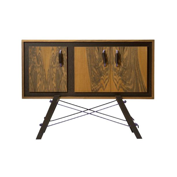 credenza in legno massello con corde di arrampicata viola