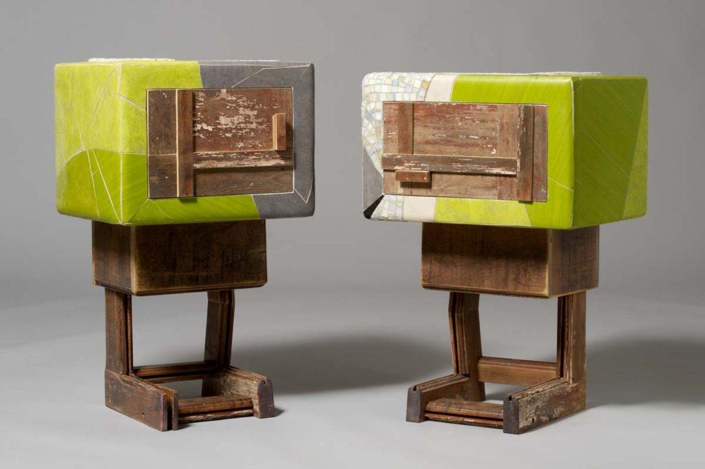piccoli mobiletti con linoleum verde acido e legno vintage marrone