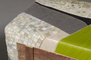 mobile con superficie in linoleum colorato e mosaico bianco