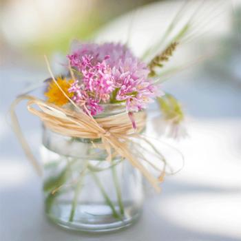 bomboniera con vasetto di vetro e fiori