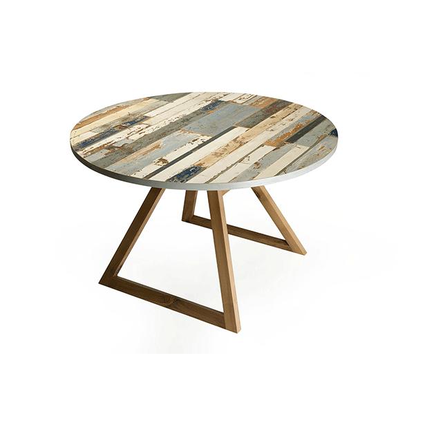 tavolo rotondo in legno di recupero blu e grigio e gambe in noce canaletto