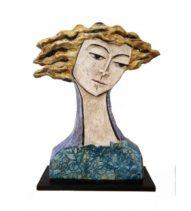 scultura viso di uomo con capelli mossi da vento biondi