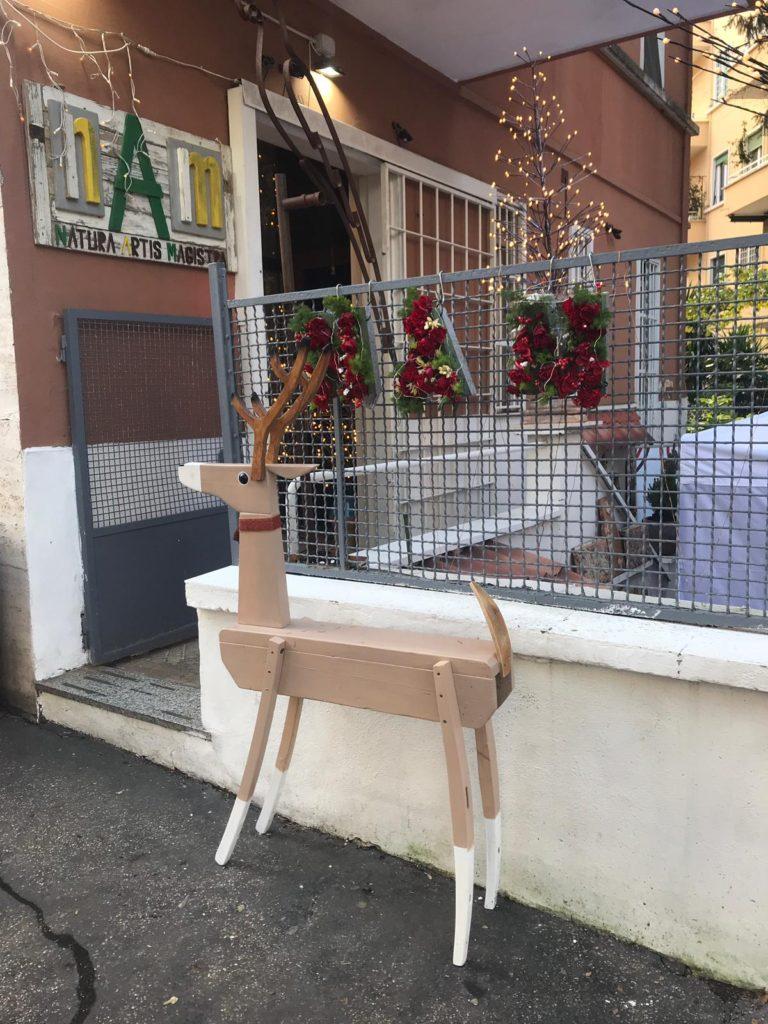 renna in legno e decorazioni natalizie roma