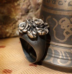 anello in bronzo con fiori scolpito a mano