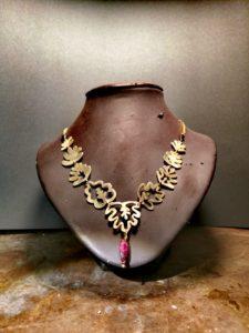 collana in ottone con pietra dura rubino a forma di foglie