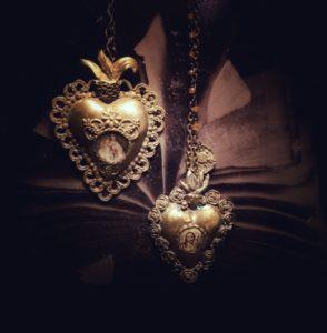 collana con cuori sacri e raffigurazione della madonna e Gesù cristo