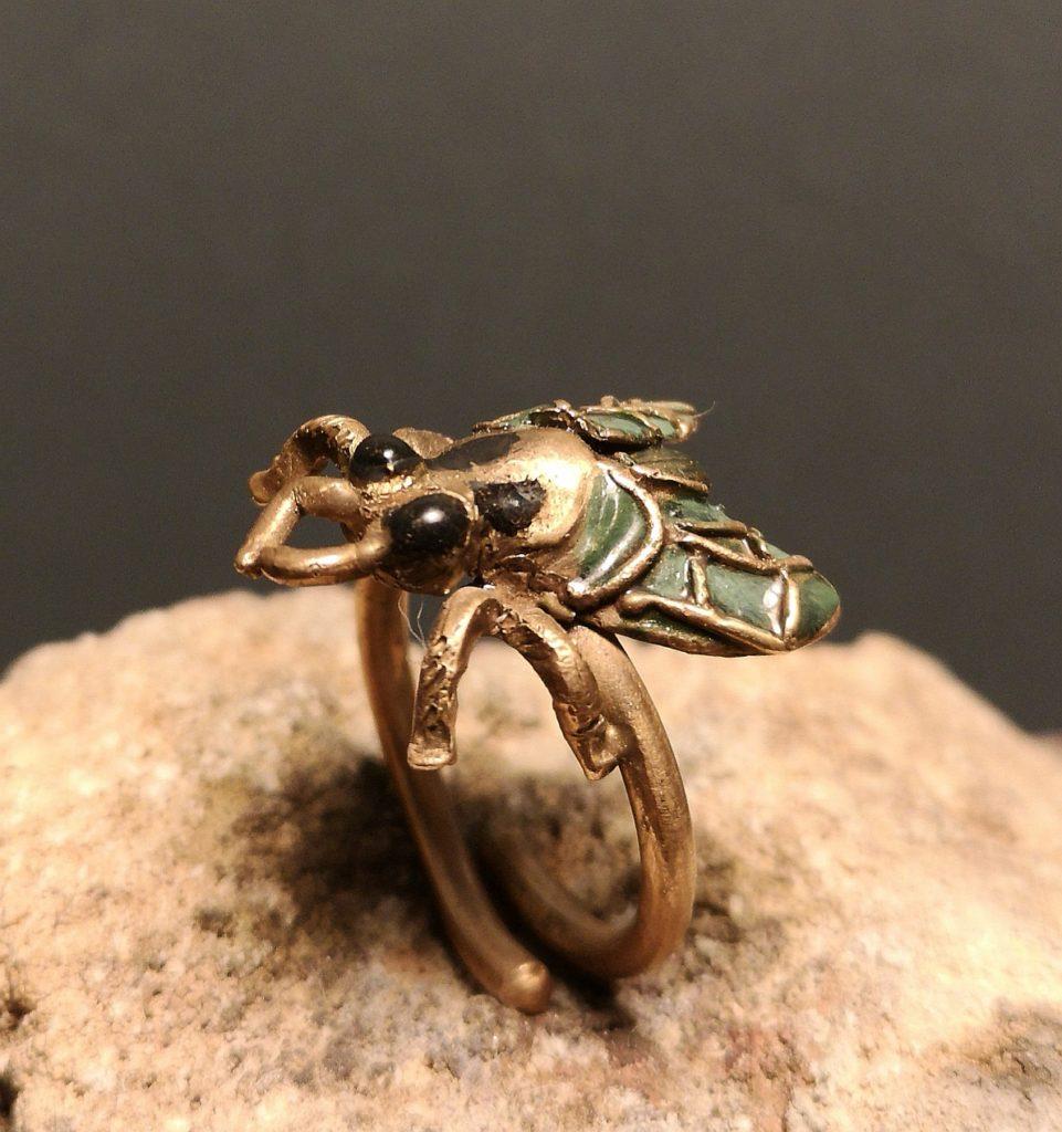 anello a forma di mosca con smalto ed ottone