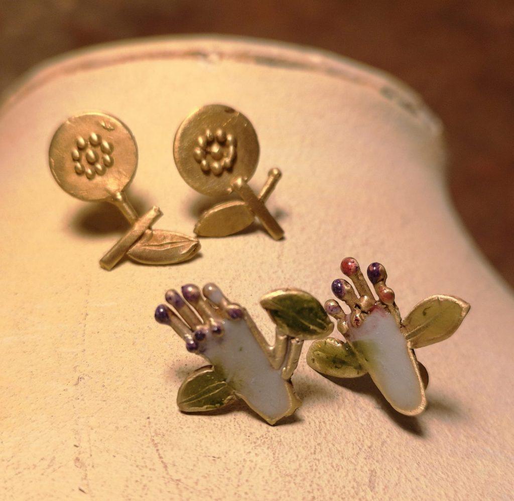 orecchini a forma di piedi e fiori con smalto colorato