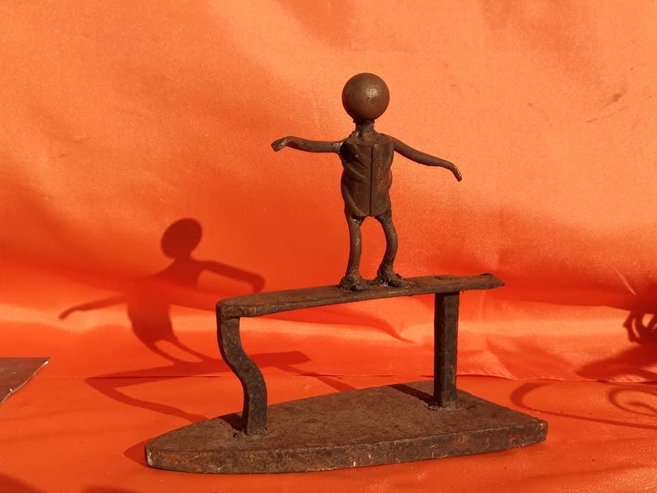 scultura con ferro da stiro in ferro vintage