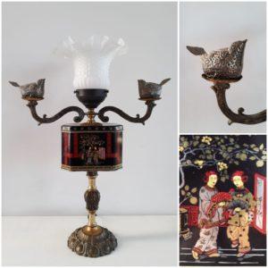 lampada con due bracci artcoco, scatole di latta ed oggetti vintage