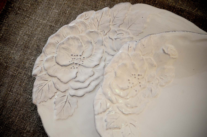 servizio di piatti linea romantica con fiori a rilievo ceramica Virginia Casa