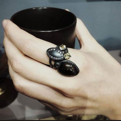 Anello da donna con pietre nere e zirconi ambra