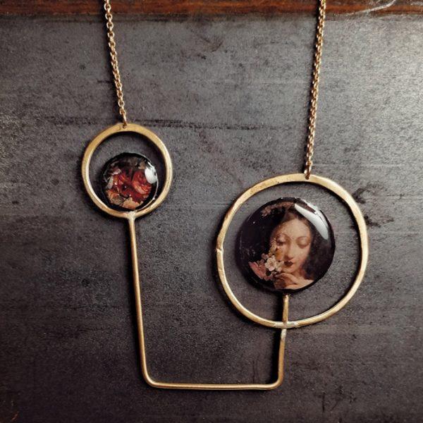 collana rigida con linee e cerchi in ottone