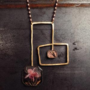 collana squadrata in ottone lavorata a mano, resina e fotografie